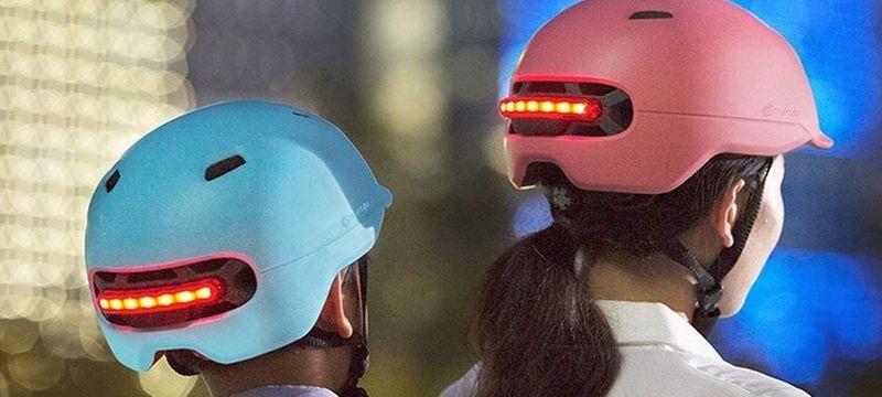 Femme et enfant portant un casque LED