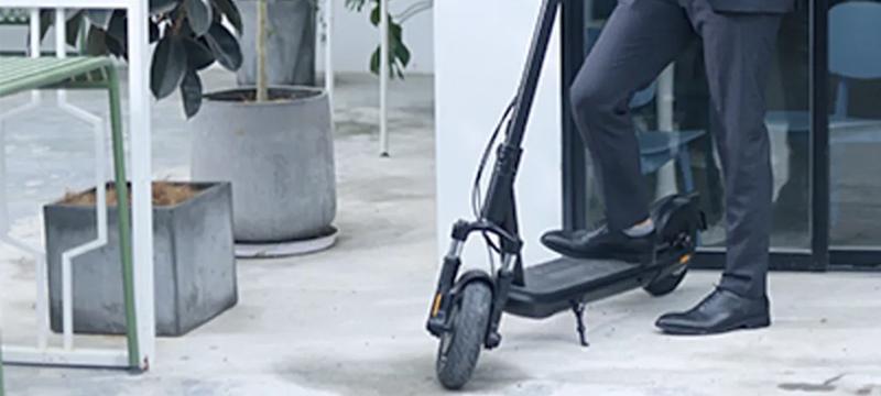 Homme sur une trottinette électrique chinoise Inmotion L9