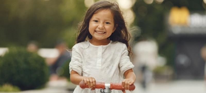 Petite fille sur une trottinette électrique